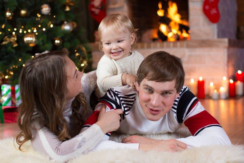 Jul x-mas, familj, folk, lyckabegrepp - lyckliga föräldrar som spelar med nätt, behandla som ett barn fotografering för bildbyråer
