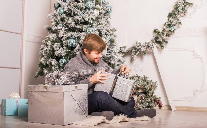 Jul x-mas, vinter, lyckabegrepp - le mannen med gåvaasken royaltyfria foton