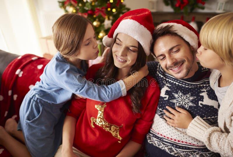 Jul med familjen royaltyfri foto