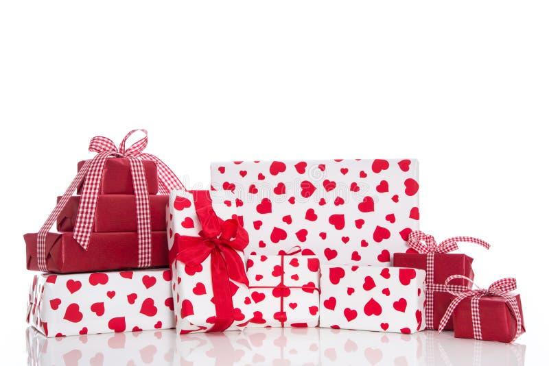 Jul-, moders eller valentin dag: röda och vita gåvaaskar royaltyfri fotografi
