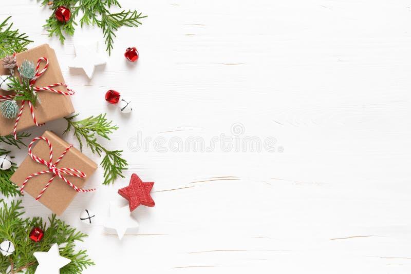 Jul-, nyårs- eller Noel-kort för festlig vinterhälsning med dekorationer, gåvor, x-mas-prydnadsföremål, stjärnor och xmas-klockor royaltyfria foton