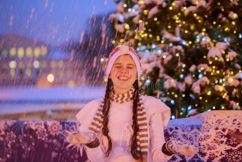 Jul nytt år Ung gladlynt flicka i ett rött lock på medeltalen arkivfoton