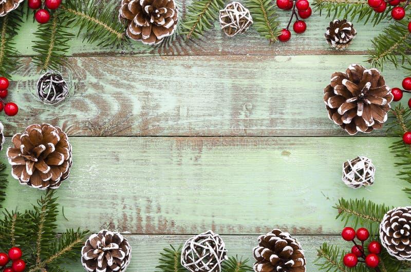 Jul nytt år, vinter, träbakgrund för Xmas-ramgräsplan med granträdet och att sörja kottar Lekmanna- åtlöje för lägenhet upp Top b arkivbild