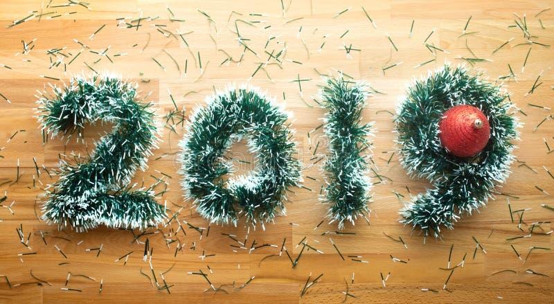 2019 jul och begrepp för nytt år med sörjer filialgarnering på trä Berömidé arkivbild