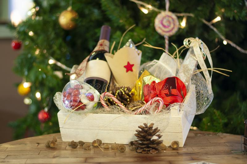 Jul och gåvor och korgar för nytt år med sötsaker, alkohol, c royaltyfria foton