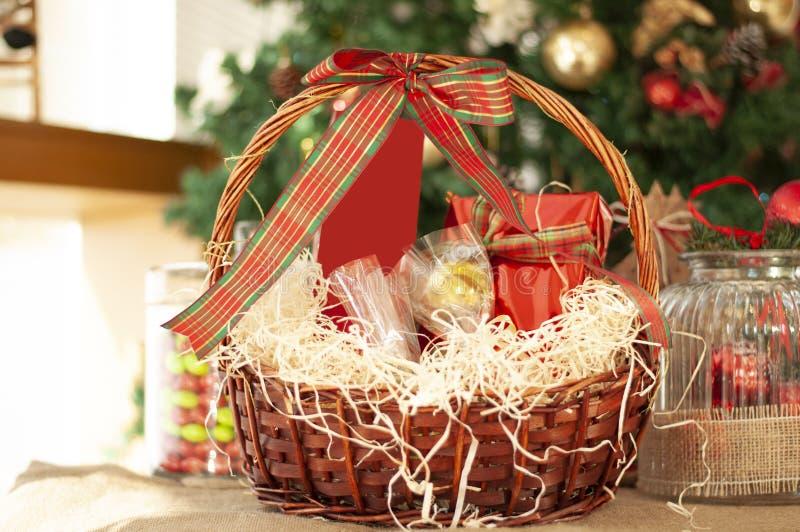 Jul och gåvor och korgar för nytt år med sötsaker, alkohol, c royaltyfri foto