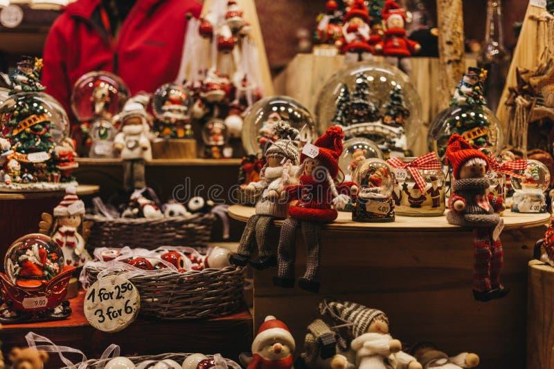 Jul- och julgrangarneringar på försäljning på en stall i vinterunderland, årlig jul som är ganska i London, UK arkivfoton
