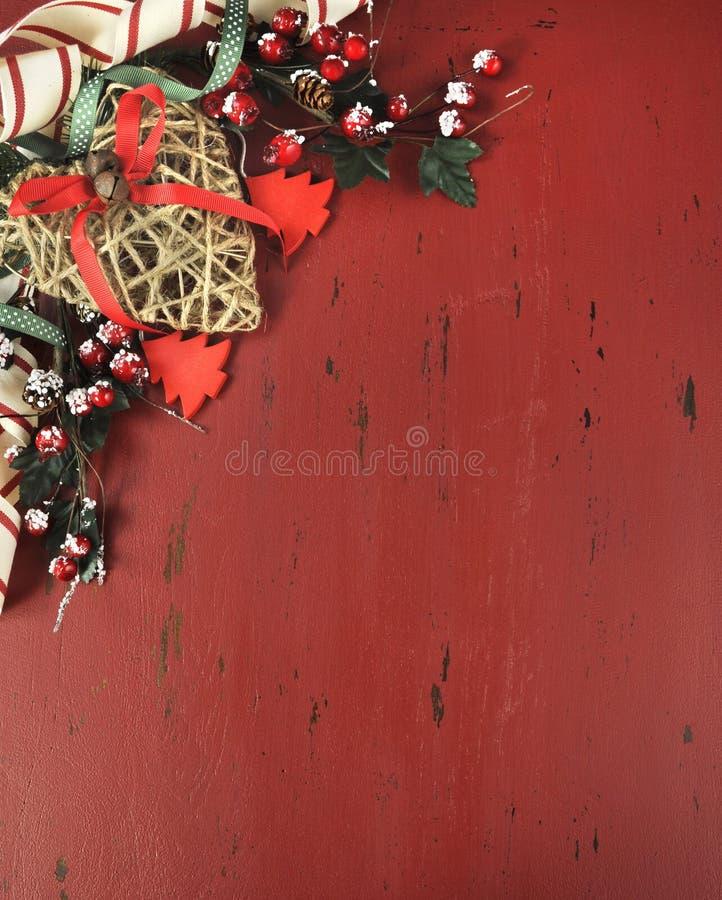 Jul och lycklig feriebakgrund på mörker - röd tappning återanvände trä - lodlinje arkivbild