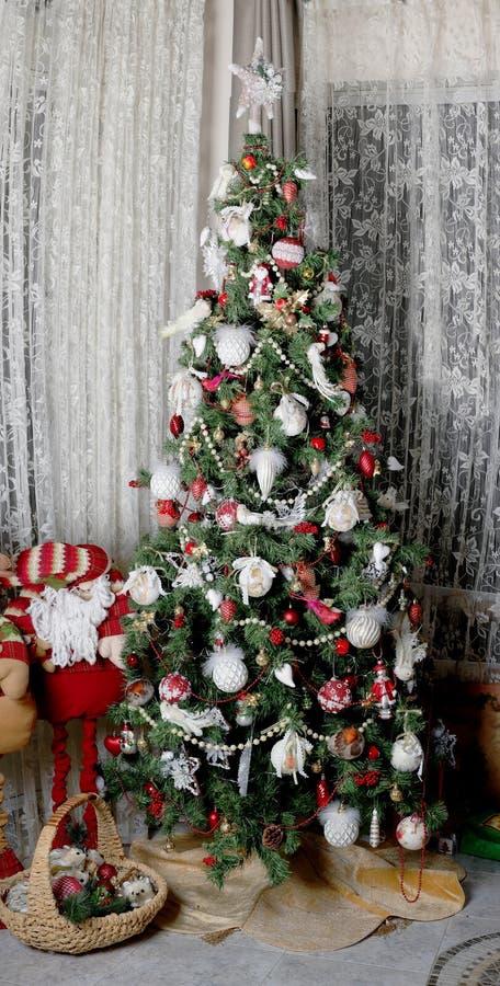 Jul och nytt år - julgran för nytt år med leksaker arkivbild