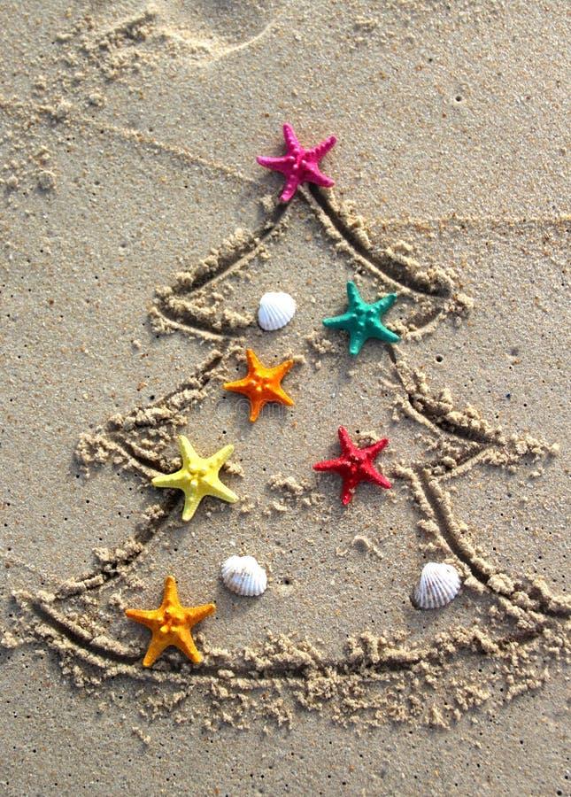 Jul och nytt år på stranden arkivbilder
