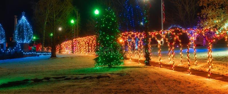 Jul på fyrkanten med tända bågar royaltyfri fotografi