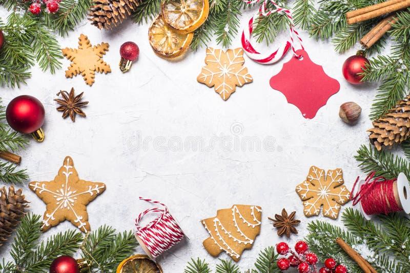 Jul pepparkaka och julgarneringar arkivfoton