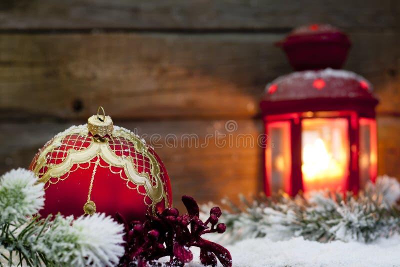 Jul röd bauble och lykta i natt arkivbilder