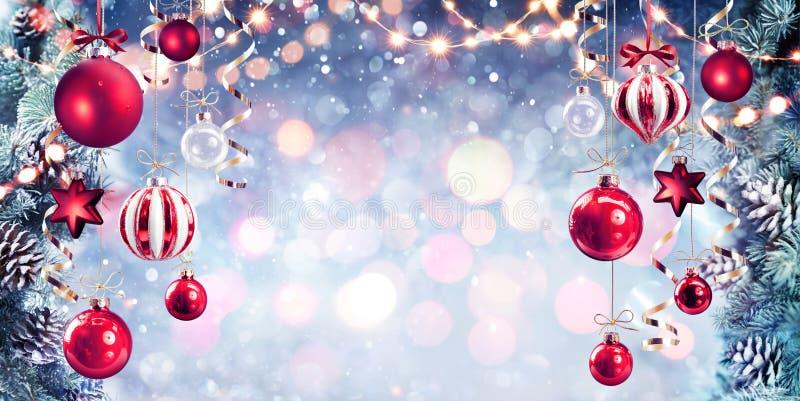 Jul - röda struntsaker som hänger med granfilialer fotografering för bildbyråer
