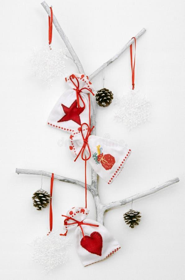 Jul returnerar dekorbroderipåsen aktuell gåva royaltyfria foton