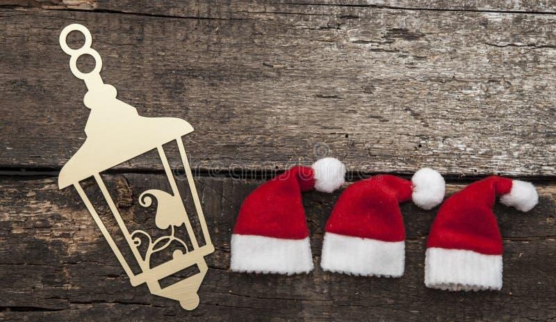 Jul semestrar bakgrund med jultomtenhatten och garneringar arkivfoton