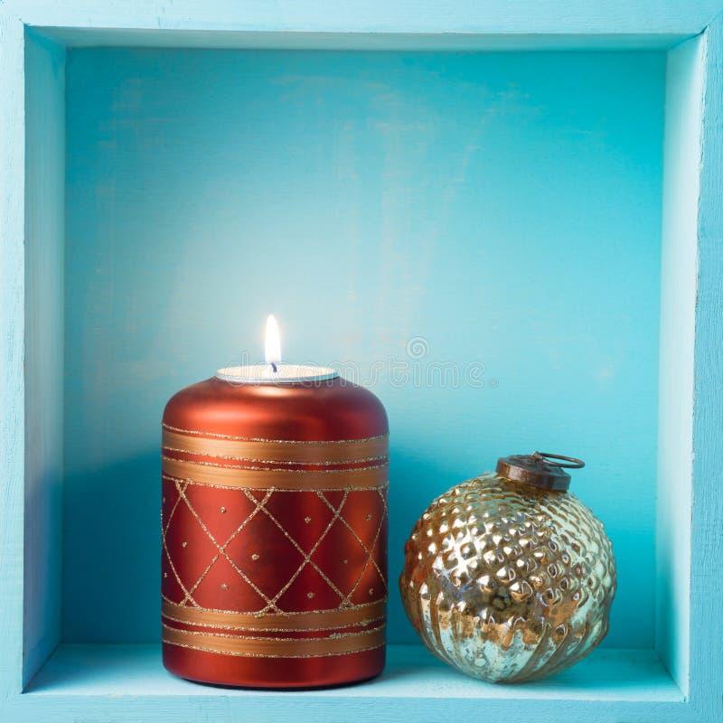 Jul semestrar sammansättning med stearinljuset och tappningstruntsaken de royaltyfri bild