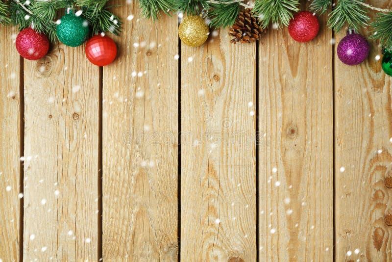 Jul semestrar trätappningbakgrund med garneringar arkivbild