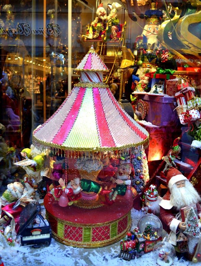Jul shoppar fönstret arkivfoton