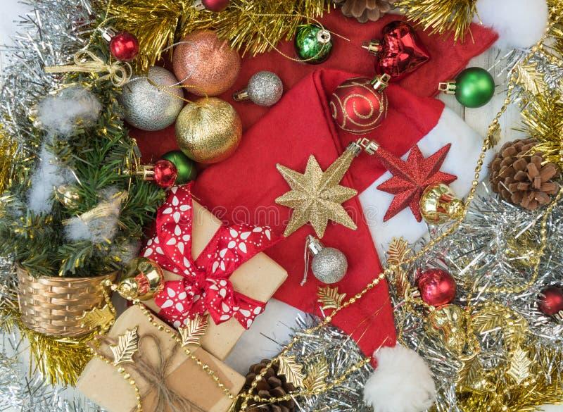 Jul smyckar dekorativt med den santa hatten, gåvaaskar, stjärnan, pi royaltyfri fotografi