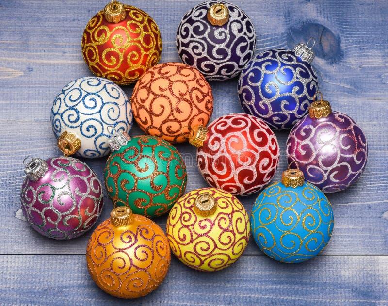 Jul smyckar garneringar på tappningträbakgrund Julpyntbegrepp Välj färgrika garneringar arkivbild