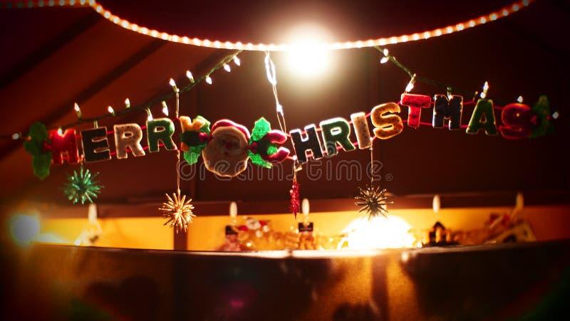Jul smyckar glad jul som dinglar ord arkivbilder