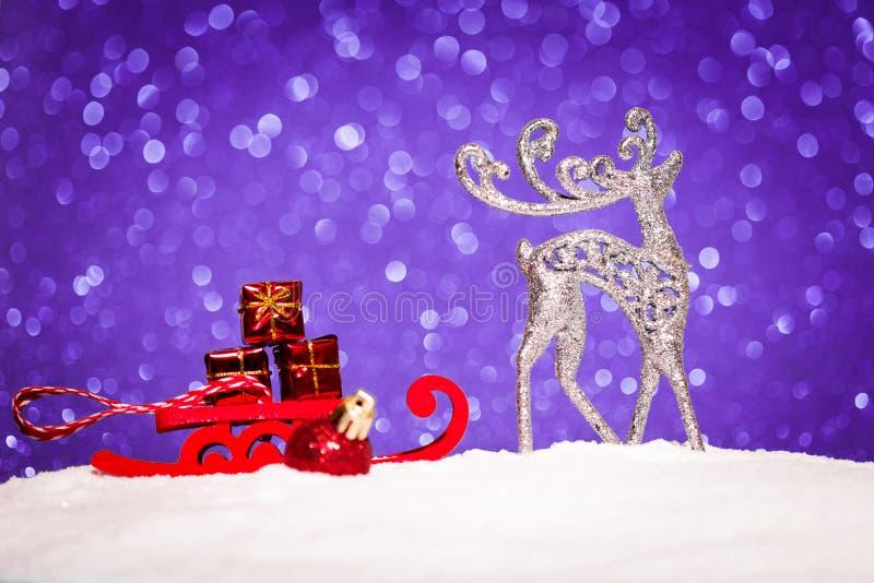 Jul smyckar i snö blänker på bakgrund royaltyfria bilder