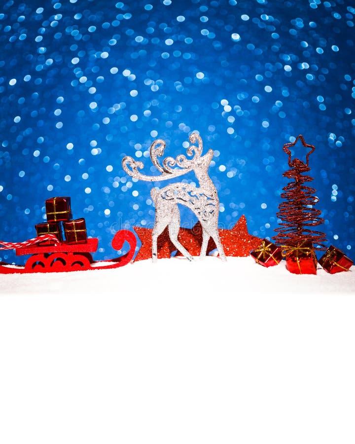 Jul smyckar i snö blänker på bakgrund arkivbild