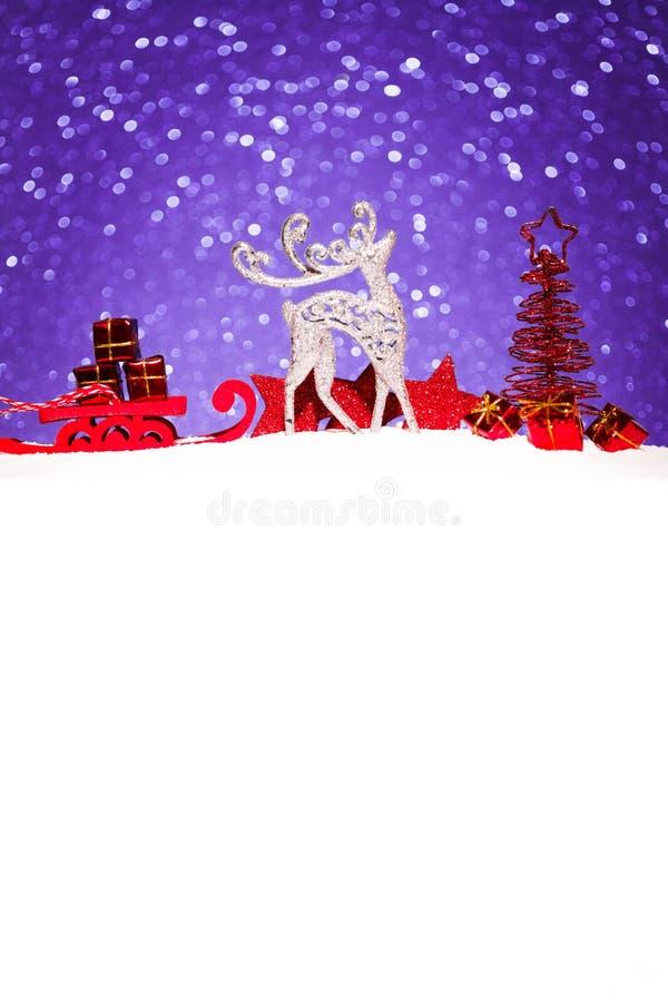 Jul smyckar i snö blänker på bakgrund arkivfoton