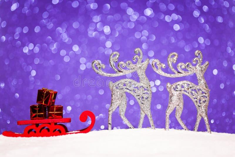 Jul smyckar i snö blänker på bakgrund royaltyfri foto
