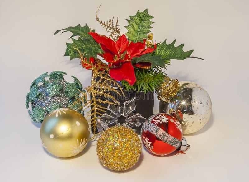 Jul smyckar med struntsak- och julstjärnan royaltyfria bilder