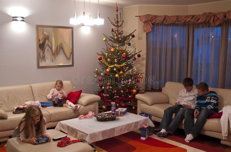 jul som öppnar presents royaltyfri bild
