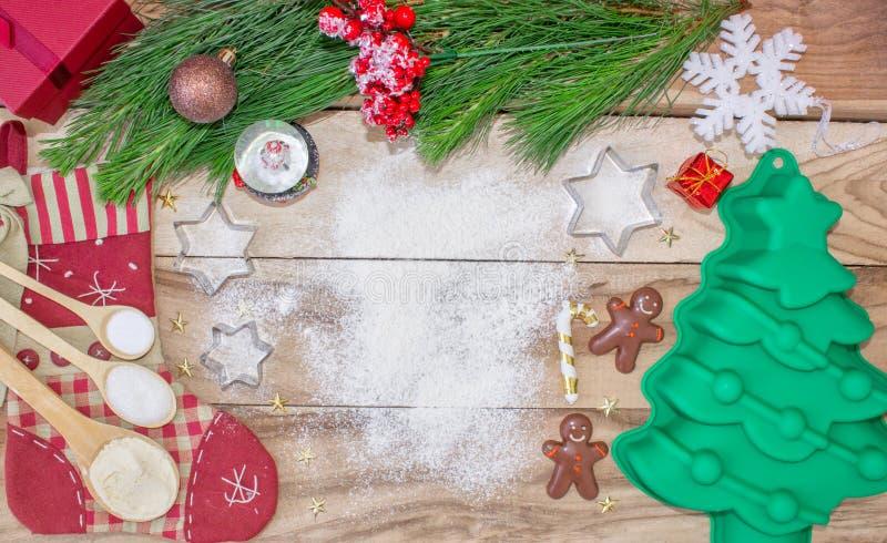 Jul som bakar kakabakgrund med utrymme för fri text Ingredienser och hjälpmedel för att baka - mjöl, julgran och rullning royaltyfri bild