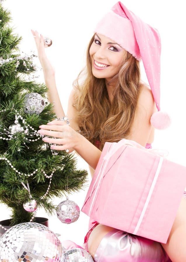jul som dekorerar den flickahjälpredasanta treen arkivbilder