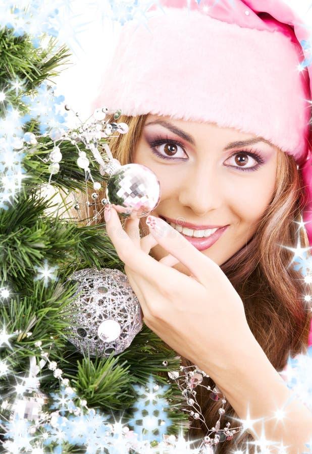 jul som dekorerar den flickahjälpredasanta treen royaltyfri fotografi