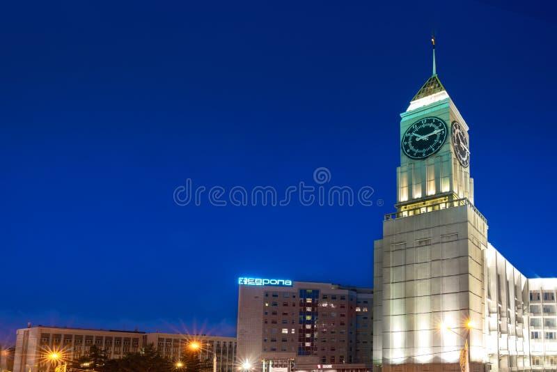 jul som dekorerar den ity krasnoyarskrussia treen 21 juli 2019: Administrationen av den Krasnoyarsk staden och affärsmitten i Eur royaltyfri bild