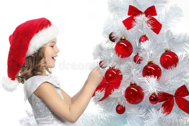 Download Jul Som Dekorerar Flickatreen Arkivfoto - Bild av hatt, vitt: 106836772