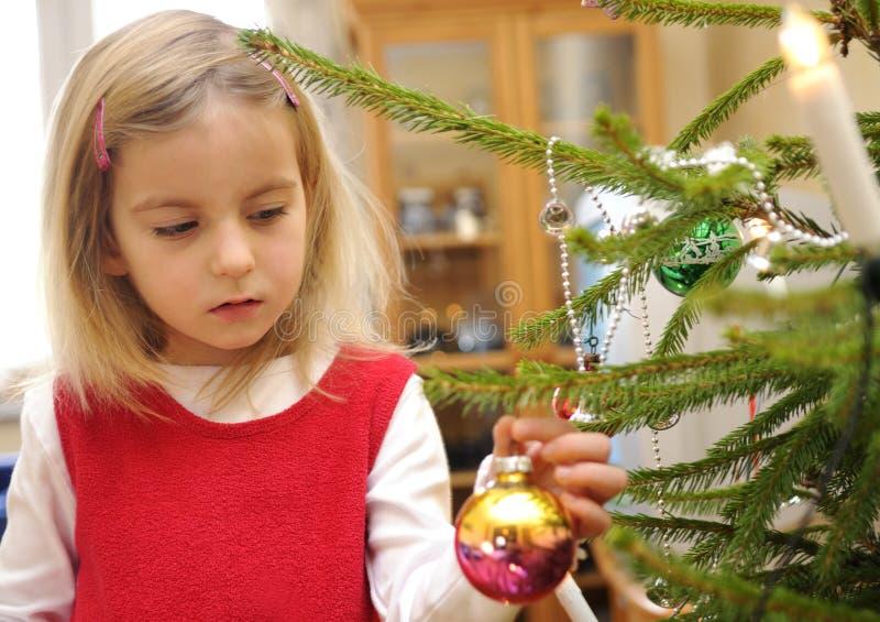jul som dekorerar flickatreen royaltyfri bild