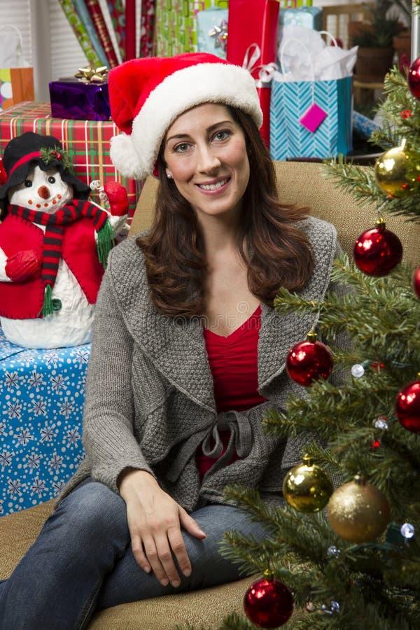 jul som dekorerar treekvinnan arkivfoto