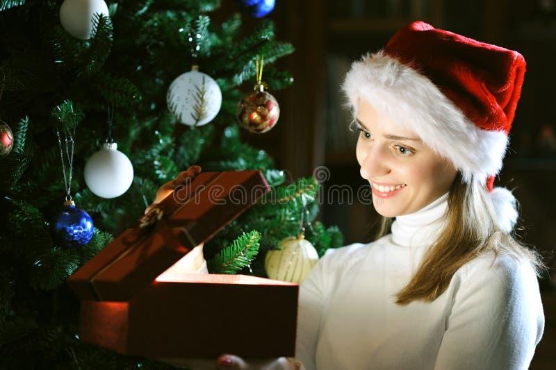 jul som dekorerar treen royaltyfria foton