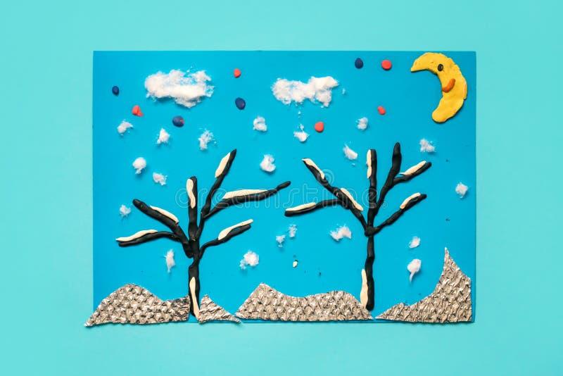 Jul som hälsar det pappers- kortet med landskap för vinter 3D Idérika pappers- projekt för ungar Roliga bildande aktiviteter för  royaltyfri bild
