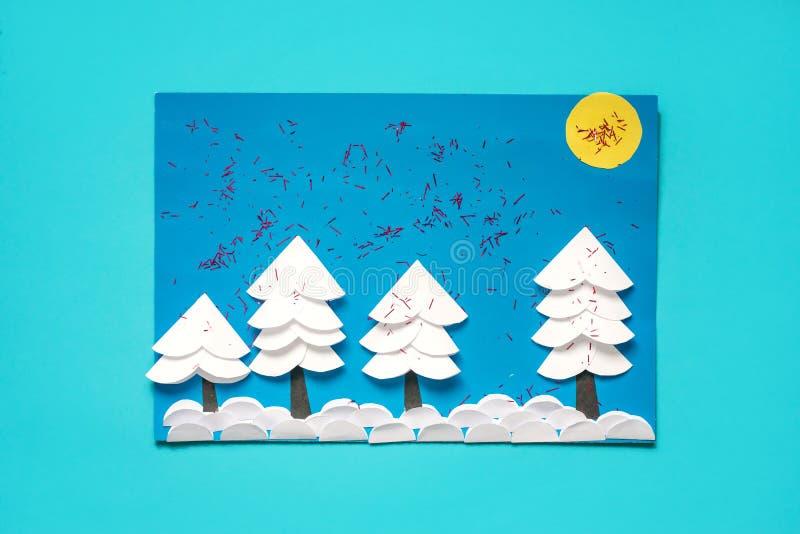 Jul som hälsar det pappers- kortet med landskap för vinter 3D Idérika pappers- projekt för ungar Roliga bildande aktiviteter för  royaltyfri foto