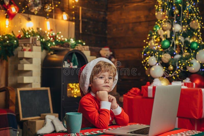 Jul som shoppar begrepp Lite snille E r pojke little arkivfoton