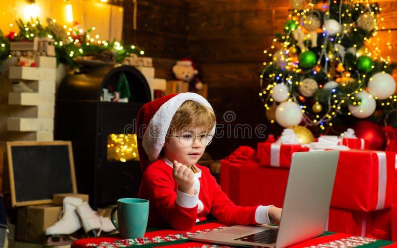 Jul som shoppar begrepp : Lite snille E r royaltyfri foto
