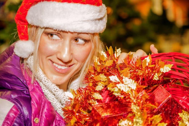 Jul som shoppar den santa kvinnan royaltyfria bilder