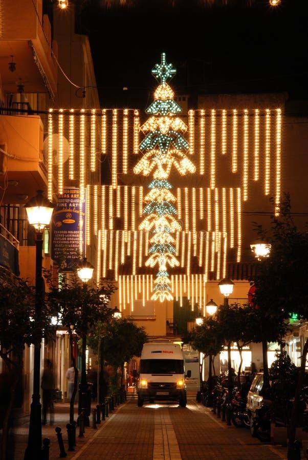 Jul som shoppar gatan på natten, Fuengirola, Spanien royaltyfria foton