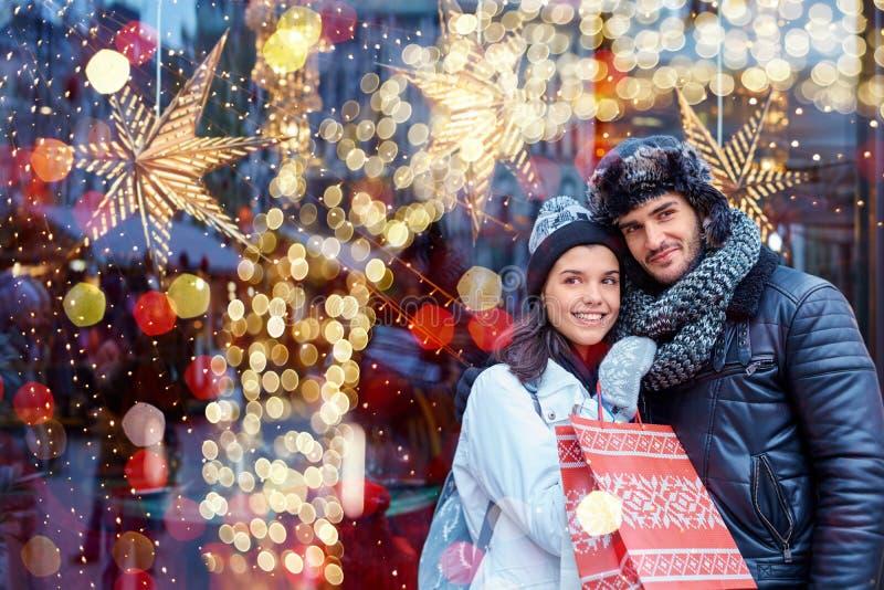 Jul som shoppar i staden arkivbilder