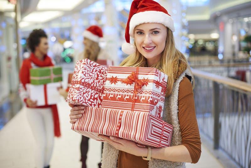 Jul som shoppar med vänner royaltyfria bilder