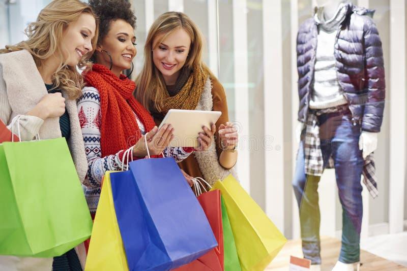 Jul som shoppar med vänner arkivfoto