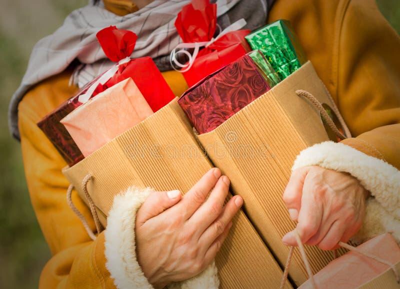 Jul som shoppar - shoppingpåsar royaltyfria foton